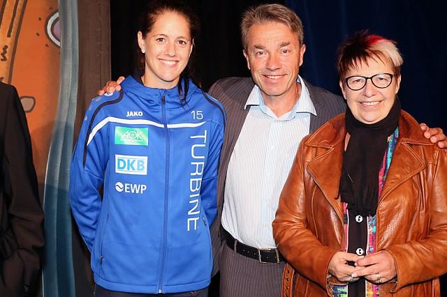 Brandenburg - Fussballerin Inka Wesely mit Minister Guenter Baaske